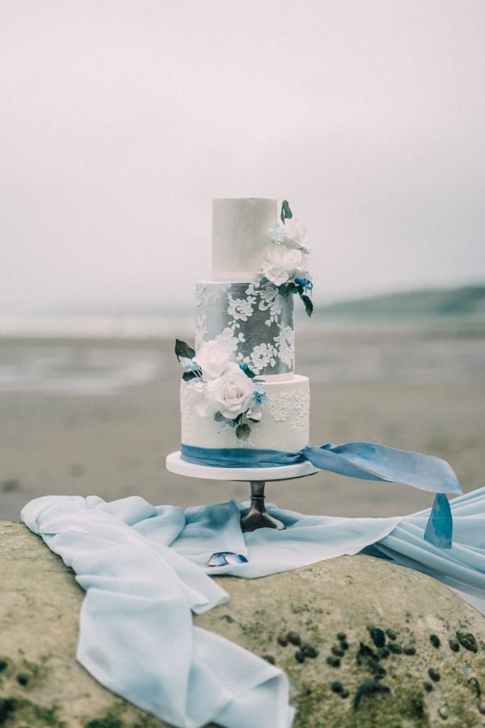 Beach vibe wedding cake inspiration by Where the Ribbon Ends